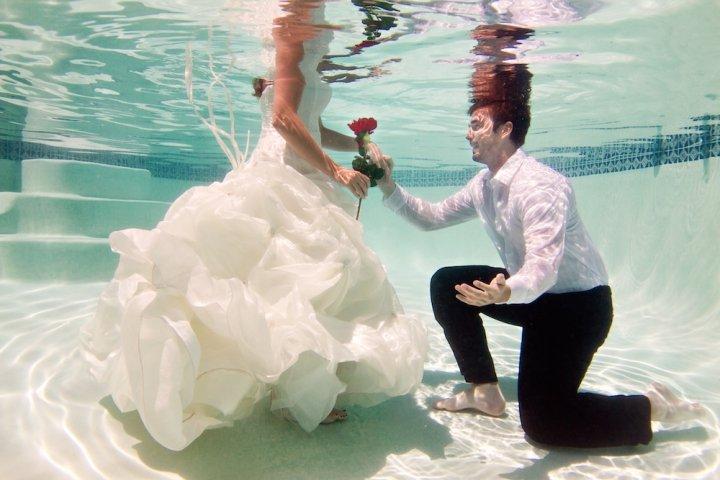 fidanzamento e proposta di matrimonio in piscina fotografo matrimonio lecce